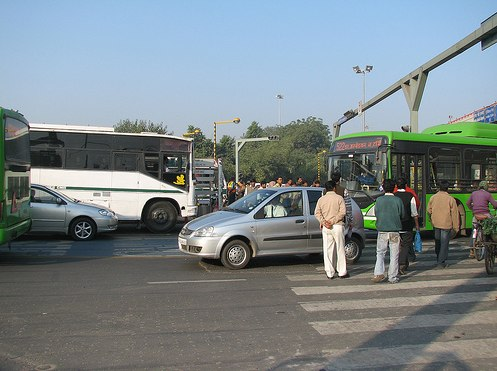 In Delhi, India, it can be difficult to enforce curbside bus lanes. Photo by EMBARQ.