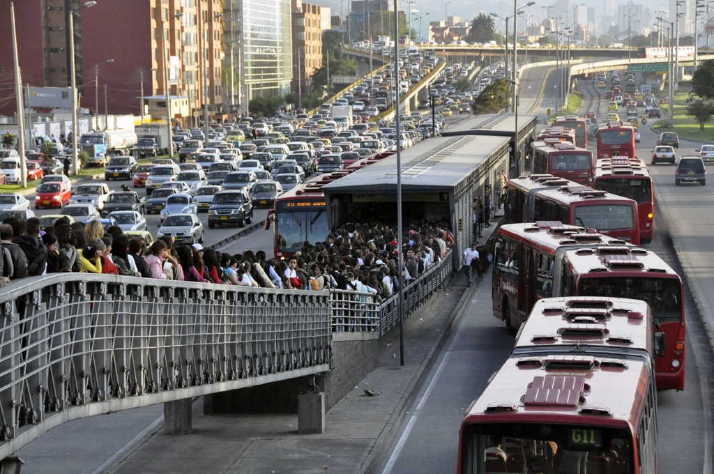 Crowds of Bogotanos, lacking alternative transit options, wait to board the Transmilenio buses.  Other commuters, attempting to drive, are stuck in severe traffic congestion.  Photo: Carlos Pardo.