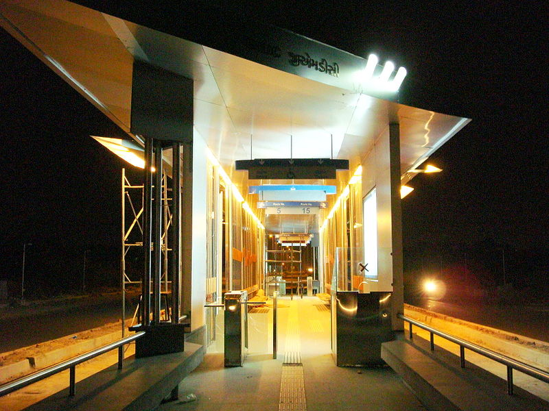 Janmarg stations are well-lit at night. Photo by Rahul Guhathakurta.