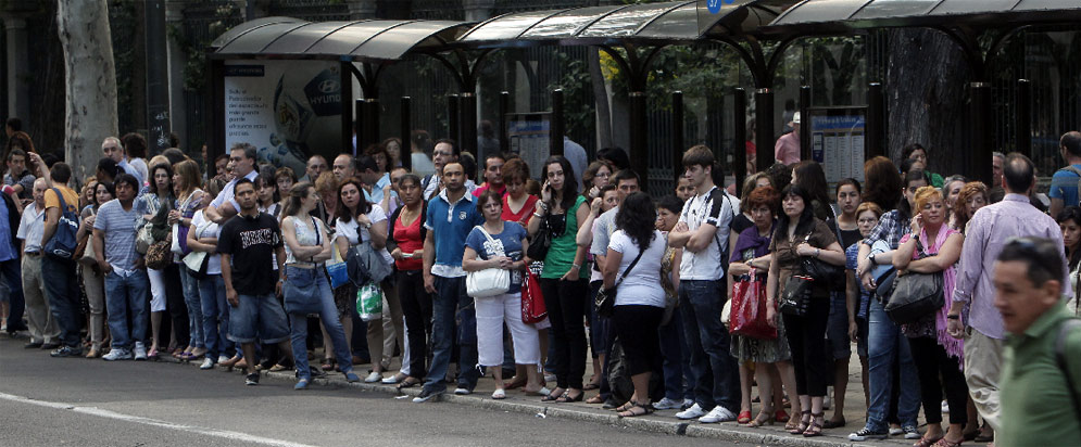 During Tuesday's Metro strike, bus stops on Madrid's main north-south transit axis, like this one at Paseo del Prado, were packed throughout the day. Photo via El Pais