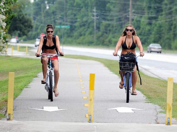 thecityfix是tippin.' our hat to Wilmington, NC for their investment in bike infrastructure, like the Cross City Trail pictured above. Photo via StarNewsOnline.com