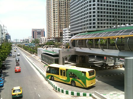 Looks like a tight squeeze for this BRT bus trying to make a U-turn at terminal station BRT-Sathorn. Photo via Richard Barrow, MyThailandBlog.com.