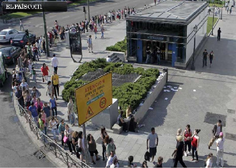 "As El Pais reported, getting a taxi on Tuesday also ""turned into an Odyssey"" as hundreds of people lined up outside of Metro stations like Moncloa station, pictured above. Photo via El Pais"