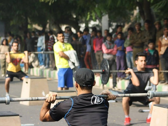 Weight lifting at Raahgiri Day in December 2013. Photo by EMBARQ.