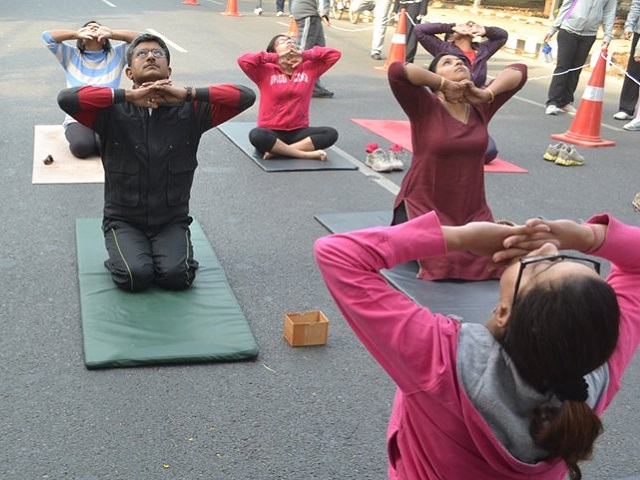 Yoga at Raahgiri Day in December 2013. Photo by EMBARQ. Cropped.