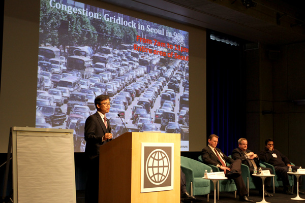 Gyengchul Kim presents during technology plenary at Transforming Transportation 2014. Photo by Aaron Minnick/EMBARQ.