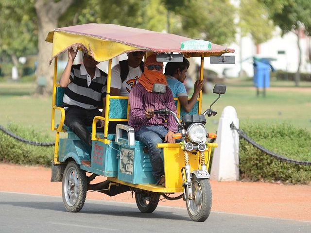 E-rickshaws offer multiple advantages over more common auto-rickshaws, but require increased regulation to ensure passenger safety. Photo by Subhash Barolia/Flickr.