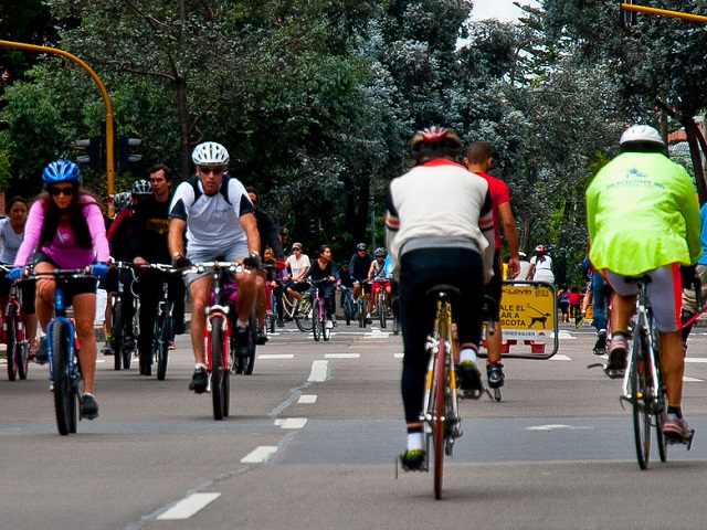 Bogotá's ciclovía gives residents the opportunity to enjoy public spaces for a variety of recreational activities every Sunday. Photo by Dario Hidalgo.