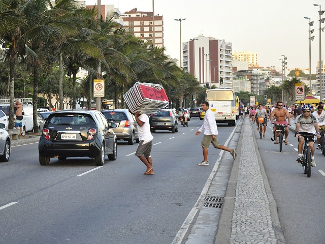 Rio de Janeiro's traffic mortality rate is 15 per 100,000 inhabitants. Despite this high figure, the speed limit on large circulation areas such as Av. Vieira Souto (shown above) remains a dangerous 70 km/h (43 mph).  Photo by Mariana Gil/EMBARQ Brazil.