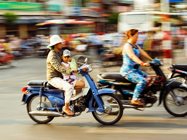As motorcycle fleets grow in cities worldwide, governments must prioritize improving street design and alternative mobility options to slow the rise in motorcycle fatalities. Photo by Frank/Flickr.