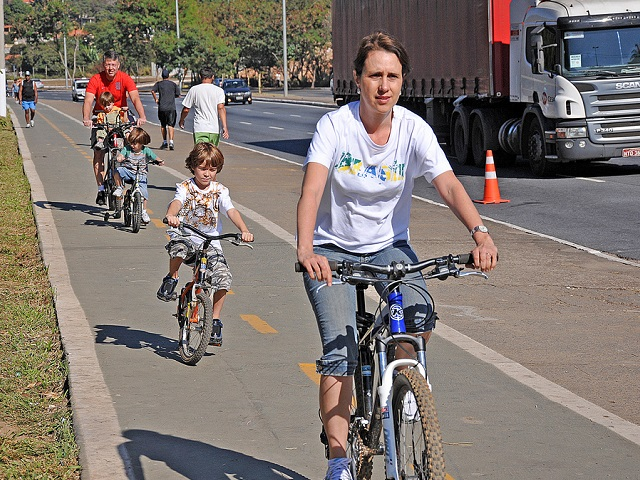 People of all ages have room to ride safely on Risoleta Neves Avenue, which contains part of the 2.2 km (1.4 miles) bike path from Saramenha Avenue to St. Gabriel BHBus Station. Photo by the Municipality of Belo Horizonte/Flickr.