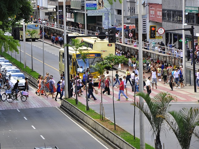 Bus priority systems have a track record of social and environmental benefits for cities. Now, research shows that bus priority systems – when accompanied with key road design features – can save lives in cities. Photo by Mariana Gil/EMBARQ.